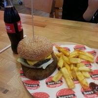 Foto tirada no(a) Beeves Burger & Steak house por Damla C. em 5/24/2014