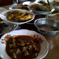 Photo taken at Restoran Padang  Kurnia Jaya by Dody W. on 2/23/2013