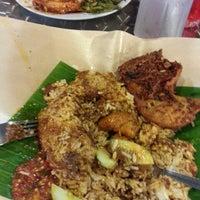 Photo taken at 33 Food Court Bukit Bintang (Medan Selera) by ROSSIETTY_Tutti Kamal on 6/16/2013