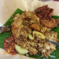 Photo taken at 33 Food Court Bukit Bintang (Medan Selera) by ROSSIETTY_Tutti Kamal on 6/13/2013