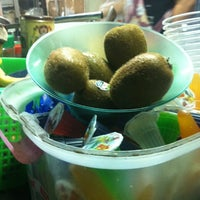 Das Foto wurde bei ปังเย็นร้านเจ๊ก้อย : ตลาดโต้รุ่งสัตหีบ von Irinrada a. am 11/25/2012 aufgenommen