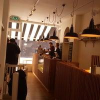 4/16/2013 tarihinde Yuan W.ziyaretçi tarafından The Monocle Café'de çekilen fotoğraf