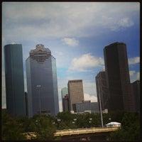 Das Foto wurde bei Buffalo Bayou Park von Alexis P. am 7/6/2014 aufgenommen