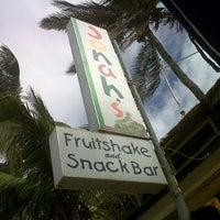 Foto diambil di Jonah's Fruitshake and Snackbar oleh kerl f. pada 2/9/2013