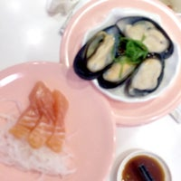 Photo taken at Sushi Express (争鲜回转寿司) by Amber Z. on 6/24/2016