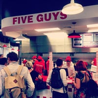Foto tomada en Five Guys  por Chris C. el 7/12/2013