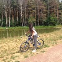 Das Foto wurde bei Мещерский парк von Elya M. am 7/8/2014 aufgenommen