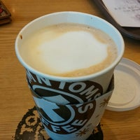 Photo taken at TOM N TOMS COFFEE by Chiyong H. on 10/22/2014