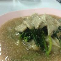 Photo taken at ราดหน้าไอ้หนูยอดผัก by Eartravit M. on 10/25/2015