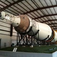 7/7/2013 tarihinde Jason B.ziyaretçi tarafından Rocket Park (NASA Saturn V Rocket)'de çekilen fotoğraf