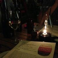 Foto tomada en Michael's Genuine Food & Drink por Gino C. el 3/29/2013