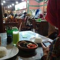 Photo taken at Ayam Goreng Lombok Idjo by fanni a. on 2/10/2013
