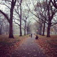 รูปภาพถ่ายที่ Green Park โดย Emmy J. เมื่อ 11/16/2012