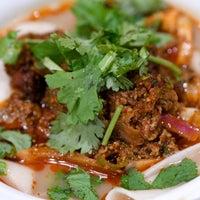 Das Foto wurde bei Xi'an Famous Foods von Chris O. am 10/25/2017 aufgenommen