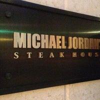 Das Foto wurde bei Michael Jordan's Steak House Chicago von Ricardo J. am 6/7/2013 aufgenommen