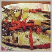 Photo taken at แดงอาหารทะเล by Kate T. on 7/1/2013