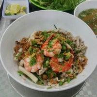 Photo taken at Hủ tíu Nam Vang Đạt Thành CN2 by Khoa N. on 4/28/2015