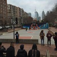 Foto tirada no(a) David Crombie Park Basketball Court por Kael R. em 11/30/2014