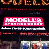 Das Foto wurde bei Modell's Sporting Goods von turki t. am 7/5/2013 aufgenommen