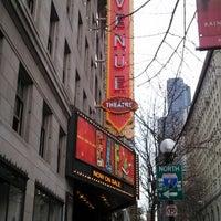 Photo prise au The 5th Avenue Theatre par Brenda S. le12/31/2012
