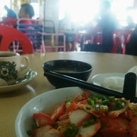 Photo taken at Heng Heng Kopitiam 興興美食中心 by Spencer Y. on 7/6/2014