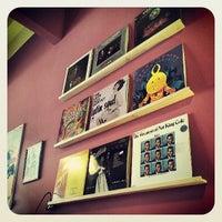 Das Foto wurde bei Vinyl Cafe von Maciej K. am 6/9/2013 aufgenommen