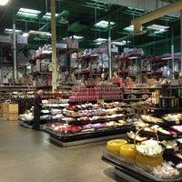 Photo prise au Phoenicia Specialty Foods par Debra O. le2/11/2013