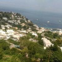 Foto scattata a Isola di Capri da Özge T. il 7/9/2015