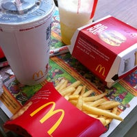 Foto tirada no(a) McDonald's por Julia F. em 8/4/2013