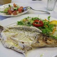 6/8/2015 tarihinde Irina R.ziyaretçi tarafından Ψαροταβερνα Κουκλις / Kouklis Restaurant'de çekilen fotoğraf