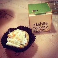 Foto tomada en Dahlia Bakery por Angela I. el 10/11/2013