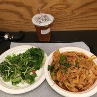 Das Foto wurde bei Xi'an Famous Foods von Leslie L. am 9/6/2017 aufgenommen