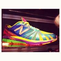 Foto tirada no(a) New Balance NYC Flagship Store por Courtney T. em 7/9/2012