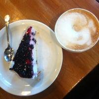 Foto scattata a Max's Cafe da Katriina il 10/19/2012