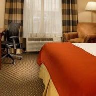 Foto tomada en Holiday Inn Express and Suites por Yext Y. el 2/27/2018