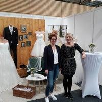 Das Foto wurde bei La novia Hochzeitsmode für Braut und Bräutigam von Yext Y. am 2/15/2018 aufgenommen
