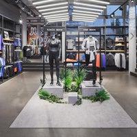 Das Foto wurde bei Nike Store von Yext Y. am 7/21/2017 aufgenommen