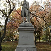 รูปภาพถ่ายที่ Alexander Hamilton Statue โดย Matthew เมื่อ 11/3/2012