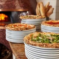 Foto tomada en Spacca Napoli Pizzeria por PureWow el 4/27/2017