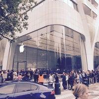Photo taken at Apple Store by Virjounette on 9/19/2015