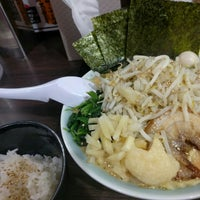 Photo taken at 横浜家系ラーメン 魂心家 日テレ通り店 by shlike on 3/31/2016