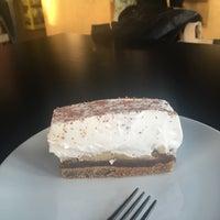 Das Foto wurde bei Cargo Coffee + Vegetarian Food von Salla T. am 9/25/2017 aufgenommen
