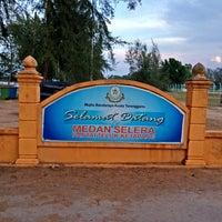 Photo taken at Medan Selera Pantai Teluk Ketapang, Terengganu by Syazwan M. on 5/31/2014