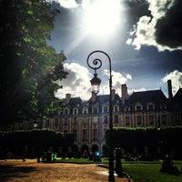 Das Foto wurde bei Place des Vosges von Stratos T. am 5/15/2013 aufgenommen