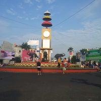 Photo taken at Bundaran Gajah (Tugu Adi Pura) by Riky on 9/28/2013