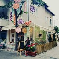 Photo prise au Büyükada Şekercisi Candy Island Cafe Patisserie par Sevda Ç. le6/3/2015
