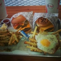 Foto tomada en Burger 54 por Giannina C. el 8/10/2014