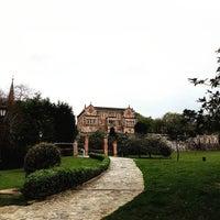 รูปภาพถ่ายที่ Palacio de Sobrellano โดย Santiago R. เมื่อ 4/20/2016