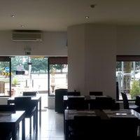 Foto tirada no(a) Tons De Caffe por Carlos R. em 6/19/2014