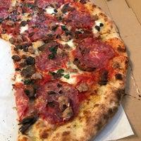 รูปภาพถ่ายที่ Emilia's Pizzeria โดย Alex C. เมื่อ 4/30/2017